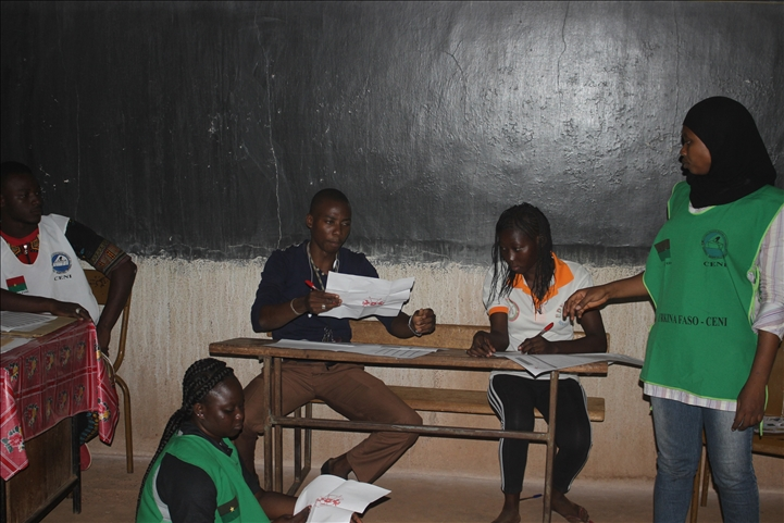 Burkina . fermeture des bureaux de vote et début du dépouillement